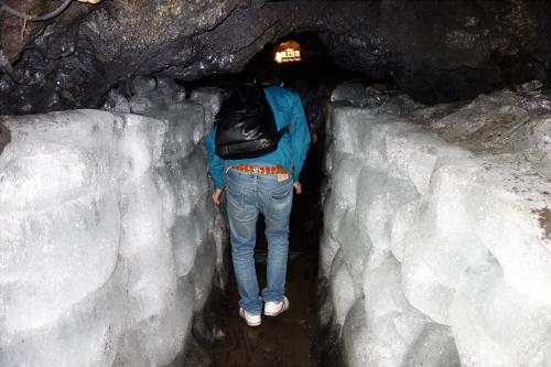 鳴沢氷穴の氷の道