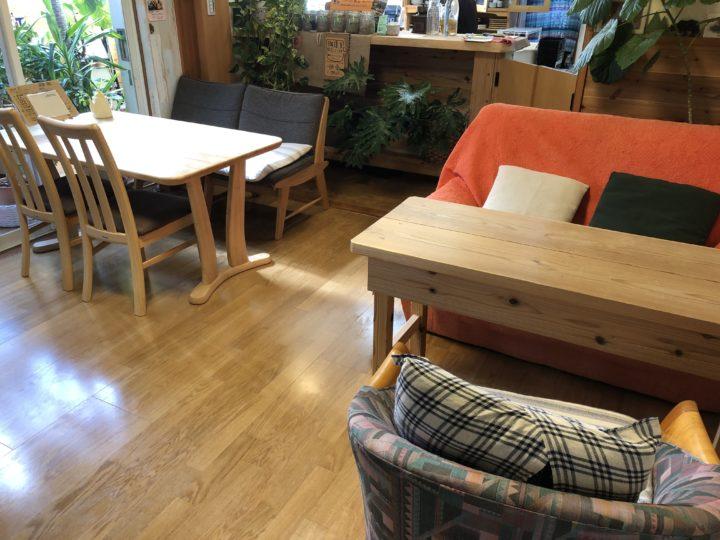 熊の手さんの店内のテーブル席