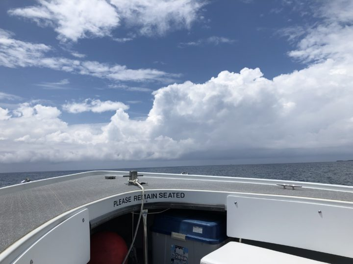 ボートから見た沖縄の空と海