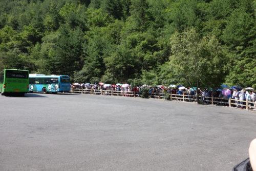 園内バス待ち行列